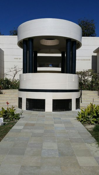 ARCHITECTURAL STONE WITH PORTUGUESE LIMESTONE AND BLACK ZIMBABWE BIG COLUMNS.\\n\\n13/04/2017 12:19
